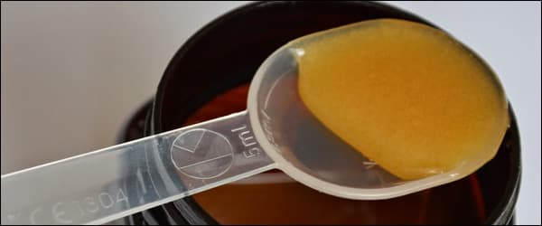 Мед манука на ложке